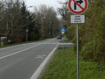 Priechod pre cyklistov na strane od Karlovej vsi. Zákaz odbočenia aj cyklistom.