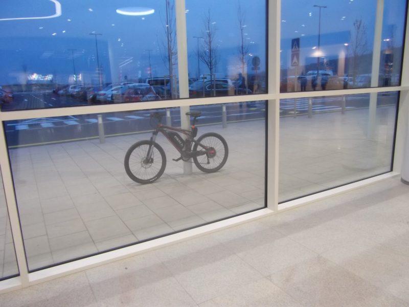 Dnes je Bory Malle problém zaparkovať bicykel, stojany tu nie sú. Treba improvizovať.
