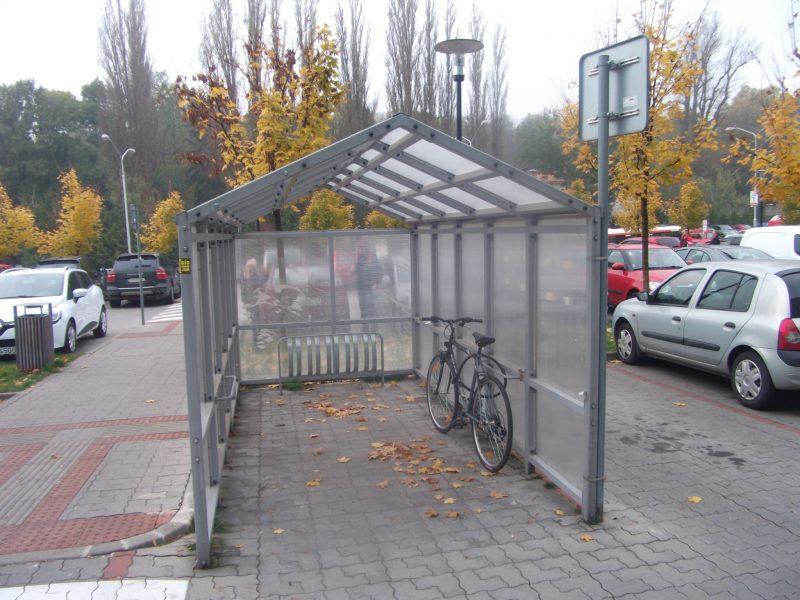 Cubicon - kryté parkovanie bicyklov. Samotné stojany však neumožňujú bezpečné zamknutie bicykla, na to lepšie slúžia madlá po stranách prístrešku.