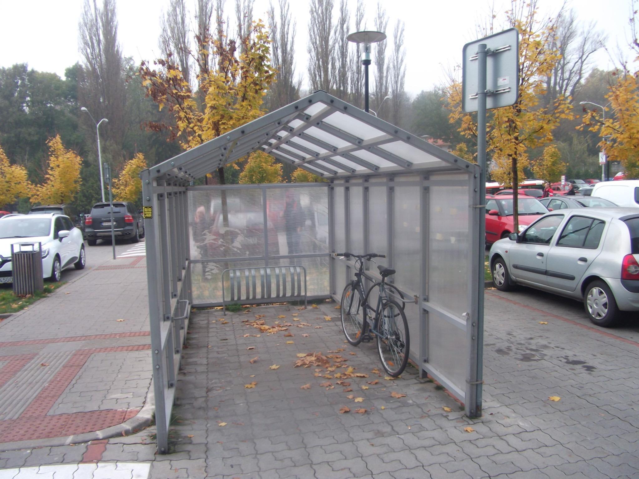 612d77cfa Cubicon – kryté parkovanie bicyklov. Samotné stojany však neumožňujú  bezpečné zamknutie bicykla, na to lepšie slúžia madlá po stranách  prístrešku.