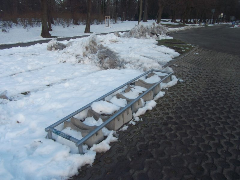 Aupark - vchod od sadu. Najlacnejšie a na bezpečné parkovanie úplne nepoužiteľné stojany.