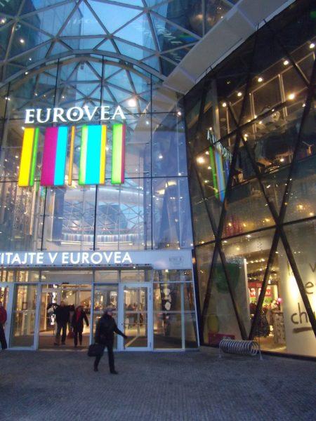 Eurovea - vhodne umiestnený cyklostojan v blízkosti vchodu, bohužiaľ však nie najlepšieho typu. Klasické obrátené U by boli výrazne lepšie.