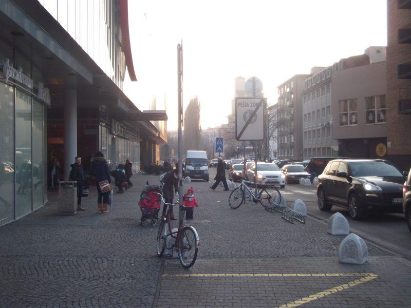 Centrál - hlavný vchod so zlými stojanmi. Zákazníci používajú namiesto nich dopravné značky.