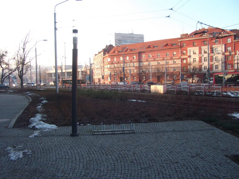 Centrál - zlé stojany na zlom mieste. V blízkosti nie je žiadny vchod.