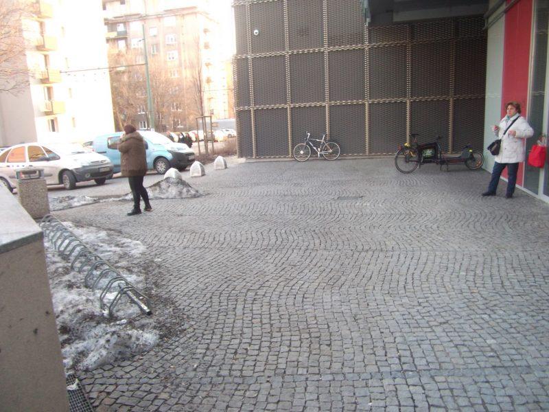 """Centrál - vchod od Jelačičovej. Aj tu sú stojany """"lámače kolies"""" prázdne a návštevníci parkujú mimo nich."""