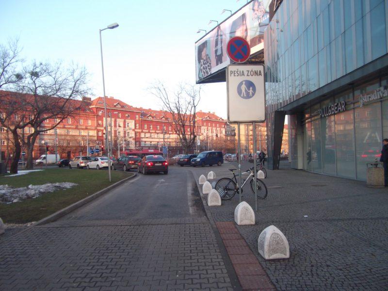 Centrál - parkovanie bicyklov pred hlavným vchodom.