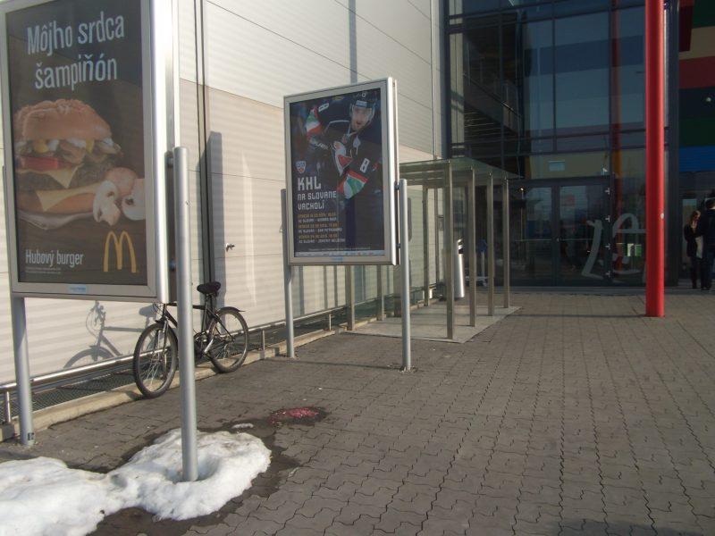 Avion - vchod od zastávky MHD. Aj vo februári chodia ľudia do tohto centra na bicykloch, napriek tomu tu stojany chýbajú.