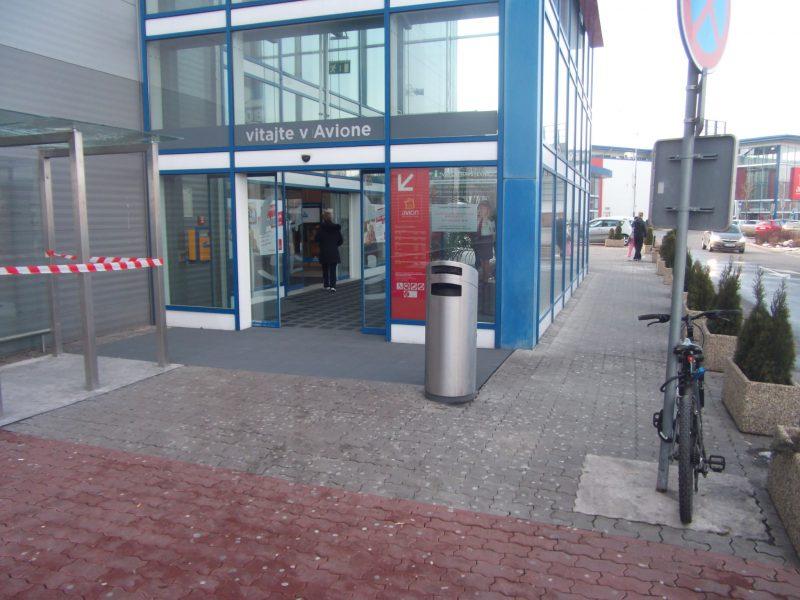 Avion - južný vchod od parkoviska. Žiadny stojan a bicykel návštevníka zamknutý o dopravnú značku.