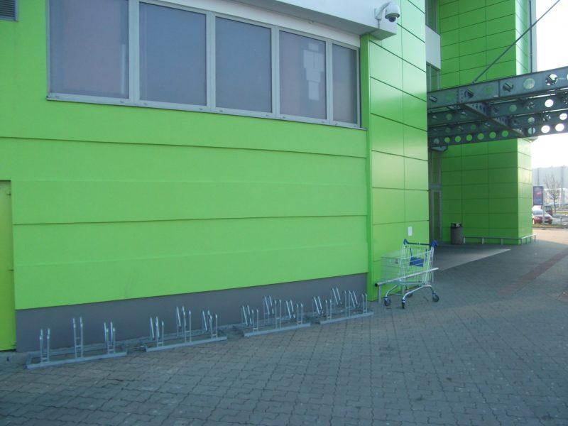 "Shopping Palace - ""lámače kolies"" pod kamerou pri západnom vchode od veľkého parkoviska."