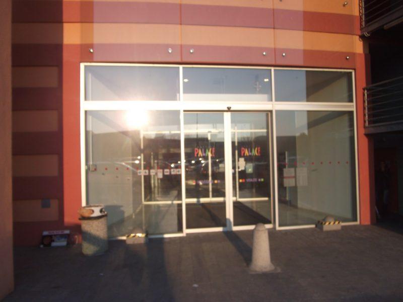 Shopping Palace - aj druhý vchod do nákupnej galérie je bez cyklostojanu.