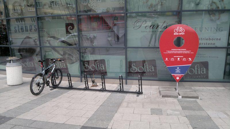 """Polus - Bike Spot. Najlepšie stojany v rámci bratislavských nákupných centier. Nie je však možné uzamknúť bicykel v dvoch bodoch (ako je to na """"obrátených účkach"""" umiestňovaných mestom), takže aj tu je čo zlepšiť."""