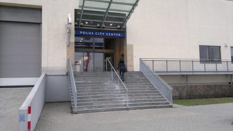 Polus - pred ostatnými vchodmi sa cyklostojany nenachádzajú.