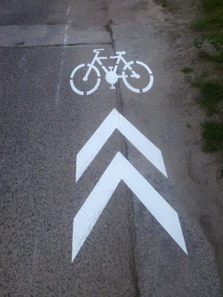 Koridor pre cyklistov (V 8c), alebo tzvv. poktokoridor, jednak ukazuje cyklistom kadiaľ majú ísť a zároveň upozorňuje vodičov na zvýšený výskyt cyklistov vo vozovke, na ktorej nebolo miesto pre segregovanú cyklotrasu. Alstrova ul., Bratislava-Rača.