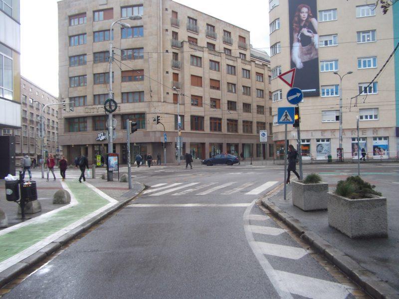 Prikázané odbočenie doprava z Dunajskej aj pre cyklistov. Na cyklopriechod sa rovno legálne nedá ísť.