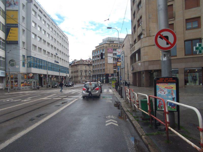 Zákaz odbočenia vľavo na Dunajskú aj pre cyklistov. Na cyklopriechod legálne nedá ísť, hoci ďalej pokračuje cestička pre cyklistov a cyklopruh.