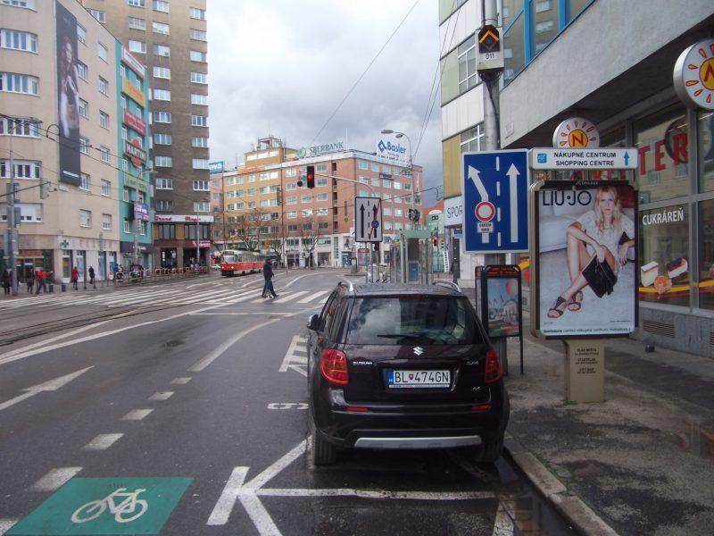 """""""Značka Radenie jazdných pruhov pred križovatkou (č. C 25) označuje spôsob radenia do jazdných pruhov a určený smer jazdy cez križovatku v súlade s príslušnými vodorovnými značkami a zodpovedá skutočnej dopravnej situácii na ceste; značkou možno vyznačiť, kde platí povolené otáčanie vozidiel v priestore riadenej križovatky. V prípade potreby možno značku doplniť príslušným symbolom značky zo skupiny zákazových alebo príkazových značiek."""" Odbočiť doprava neumožňuje žiadny z jazdných pruhov."""