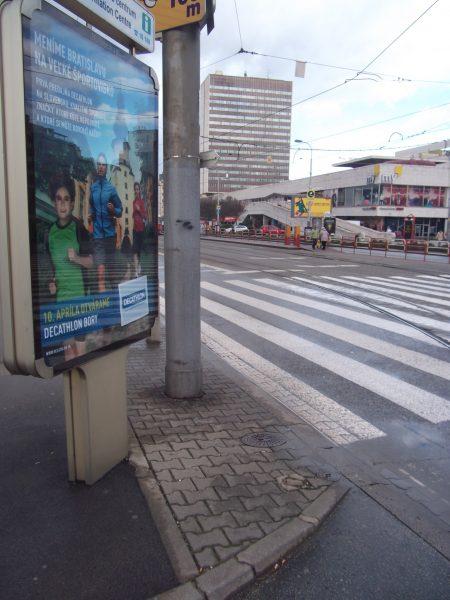 Nebezpečné umiestnenie reklamného zariadenia. Takýto výhľad má cyklista na prichádzajúce autá pred priechodom pre cyklistov.