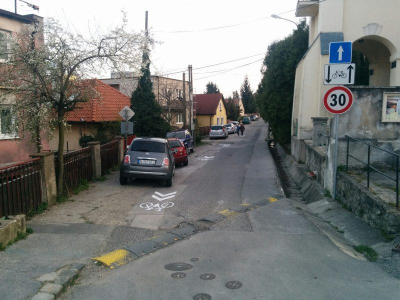 Začiatok jednosmernej časti Alstrovej ulice. Dodatková tabuľa a na ceste namaľovaný koridor pre cyklistov upozorňujú vodičov na výskit cyklistov aj v protismere.