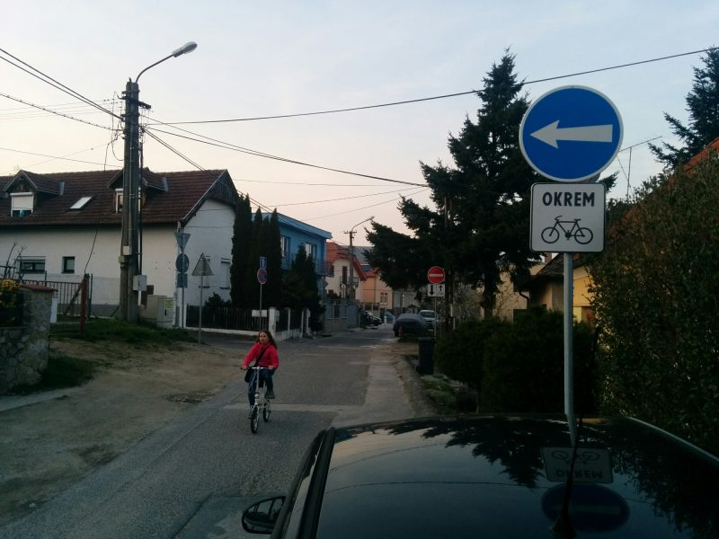 V smere od Krasňan je pre autá prikázaný smer, lebo ulica sa o pár metrov stáva jednosmerná v opačnom smere. Cyklisti dostali výnimku.