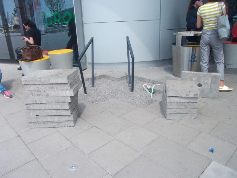 Bory Mall: stojany pri vchode od zastávky. Na druhej strane sa nachádzajú ďalšie tri.