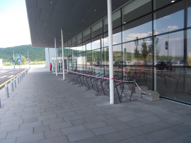 Bory Mall: stojany pri severnom vchode. Všetky sú už v prevádzke.
