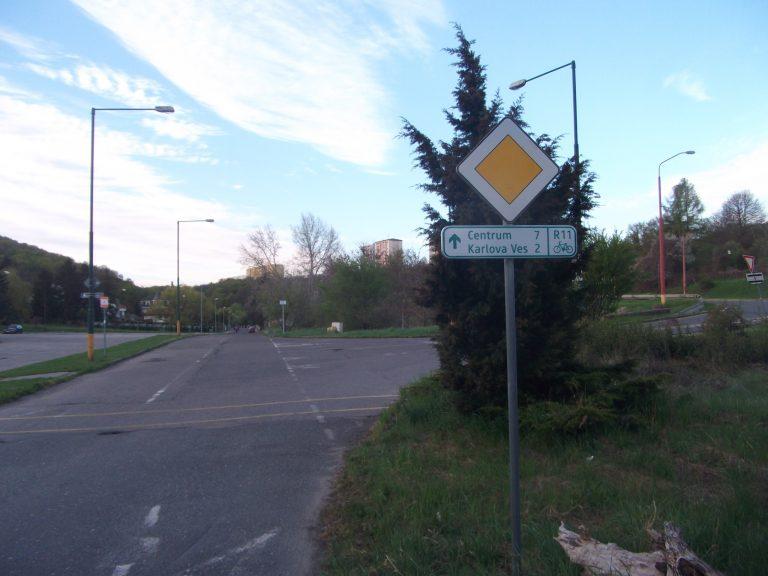 Dopravné značenie pre cyklistov - cyklotrasa R11 Dúbravská radiála, časť Líščie údolie , Karlova ves