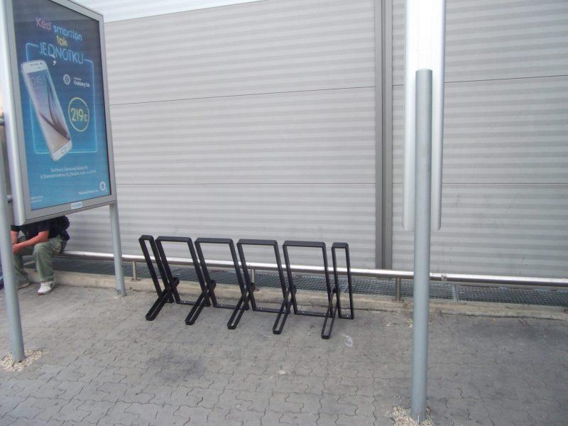 Avion Shopping Park - stojan pri autobusovej zastávke.