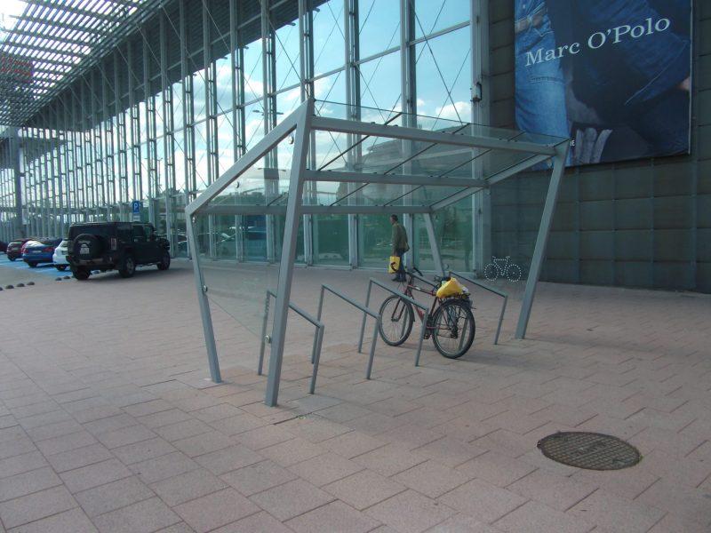 Krytý stojan pre bezpečné parkovanie desiatich bicyklov pri východnom vchode do Auparku.