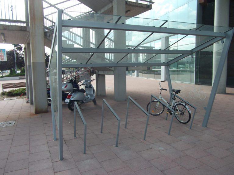 Krytý stojan pre bezpečné parkovanie desiatich bicyklov pod lávkou do Auparku. Tento stojan je bohužiaľ relatívne ďaleko od vchodu do nákupného centra.