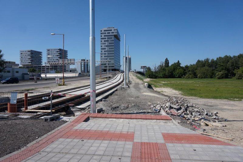 R18: Pôvodne to bolo vymyslené tak, že cyklisti budú zrážať chodcov stojacich na priechode pre chodcov cez električkovú trať a následne budú tlačiť bicykel cez priechod pre chodcov cez Bosákovu