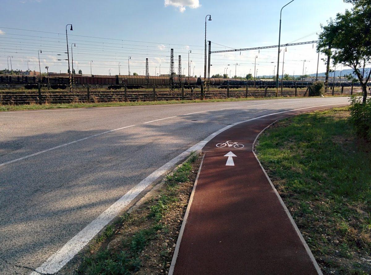 Cyklotrasa R84: Plynulý prejazd jednosmernej cyklotrasy do cyklopruhu v smere na Rendez