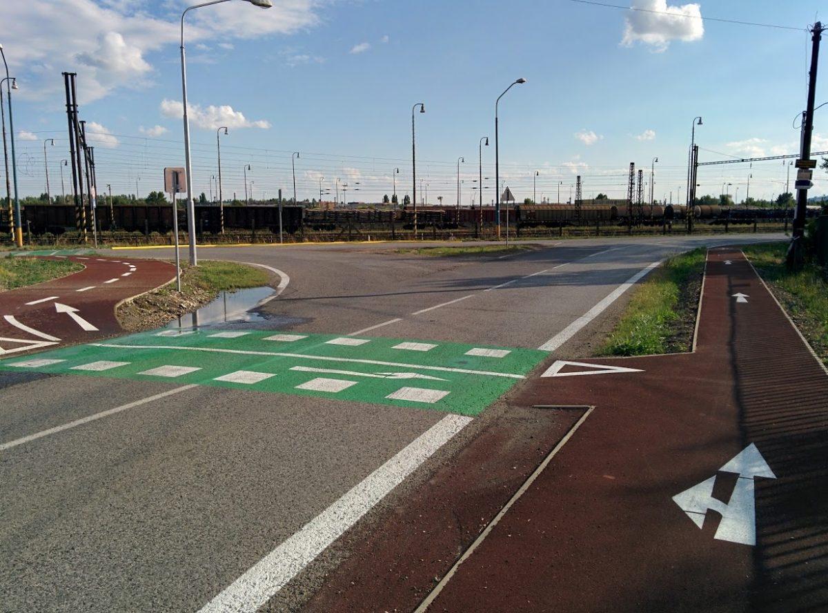 Cyklotrasa R84: Možnosť odbočiť na Príjazdnú (doprava cez priechod pre cyklistov) alebo pokračovať priamo na Rendez od OC Vajnoria