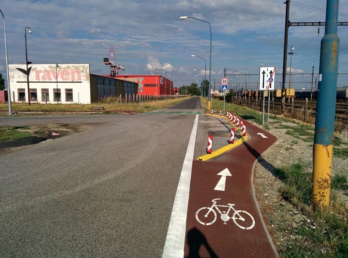 Cyklotrasa R84: Záverečný úsek cyklopruhu v križovatke v smere od Rendezu