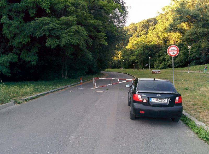 Cyklotrasa R11 vedie Parkom SNP. Vstup do parku je zakázaný motorovým vozidlám, cyklisti prejdu popri rampe.