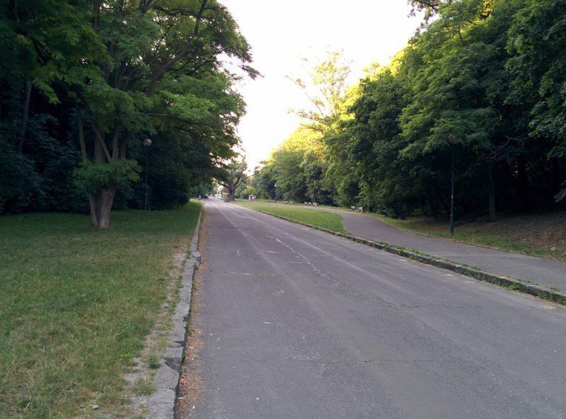 Cyklotrasa R11 vedie Parkom SNP, obľúbeným miestom pre relax a šport. Do parku je zákaz vjazdu motorových vozidiel, čiže na bicykli ste v bezpečí.