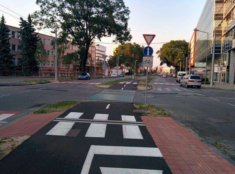 Cyklotrasa R26: Križovatka Trenčianska x Ružová dolina s novými bezbariérovými priechodmi pre chodcov