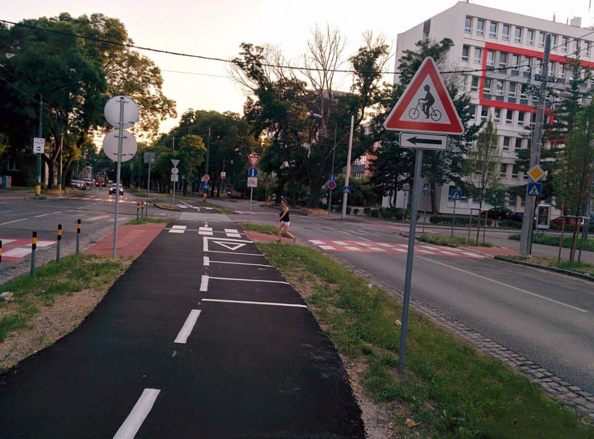 Cyklotrasa R26: Križovatka Trenčianska x Ružová dolina v smere do centra s optickou brzdou a novými bezbarérovými priechodmi pre chodcov