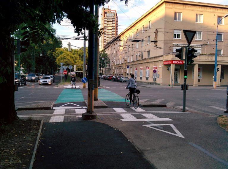 Cyklotrasa R26: Cyklistka dostala signál voľno a môže bezpečne prejisť križovatkou