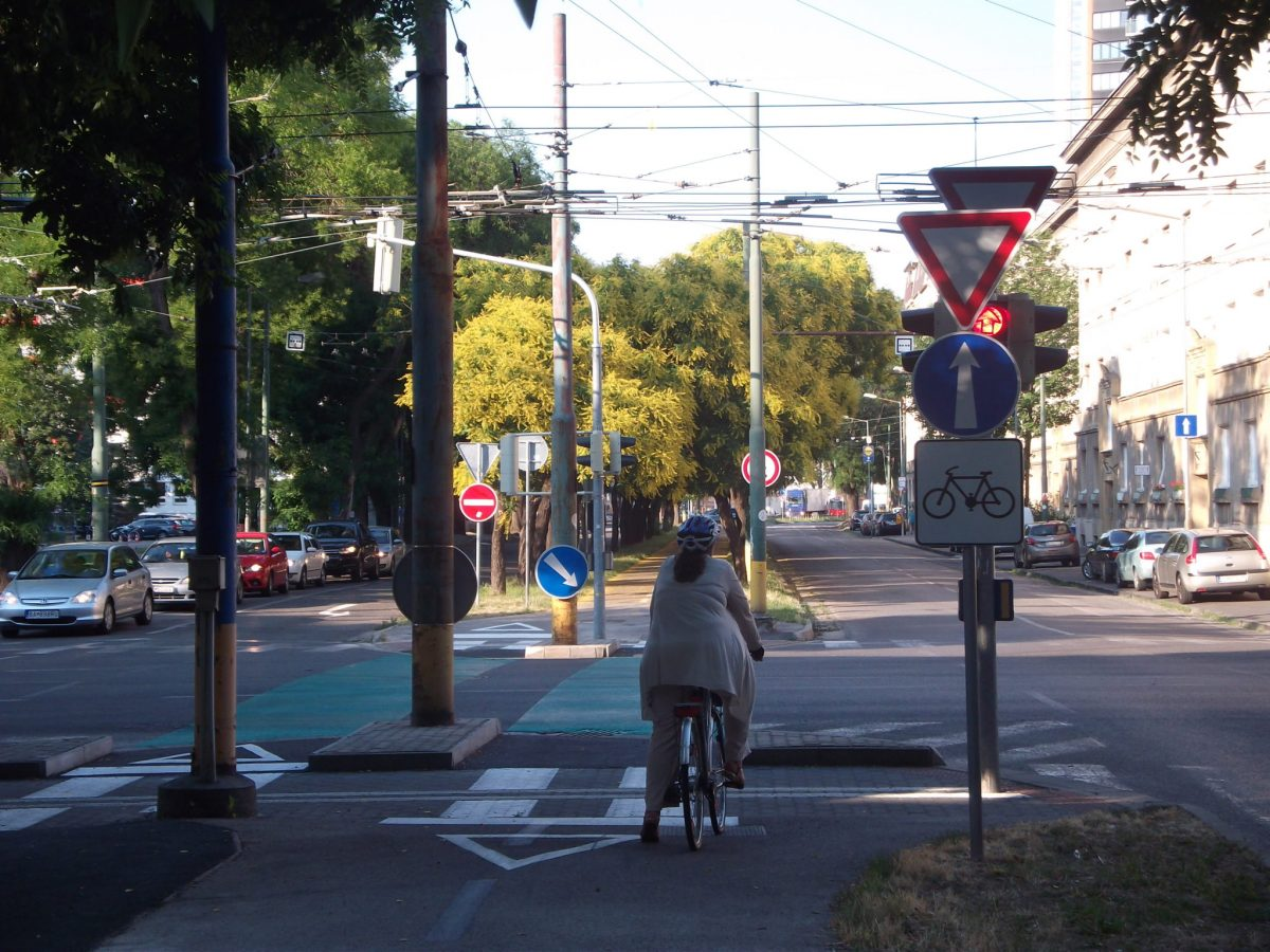 Cyklotrasa R26: Od dulovho nám. je semafor z diaľky zakrytý dopravnými značkami