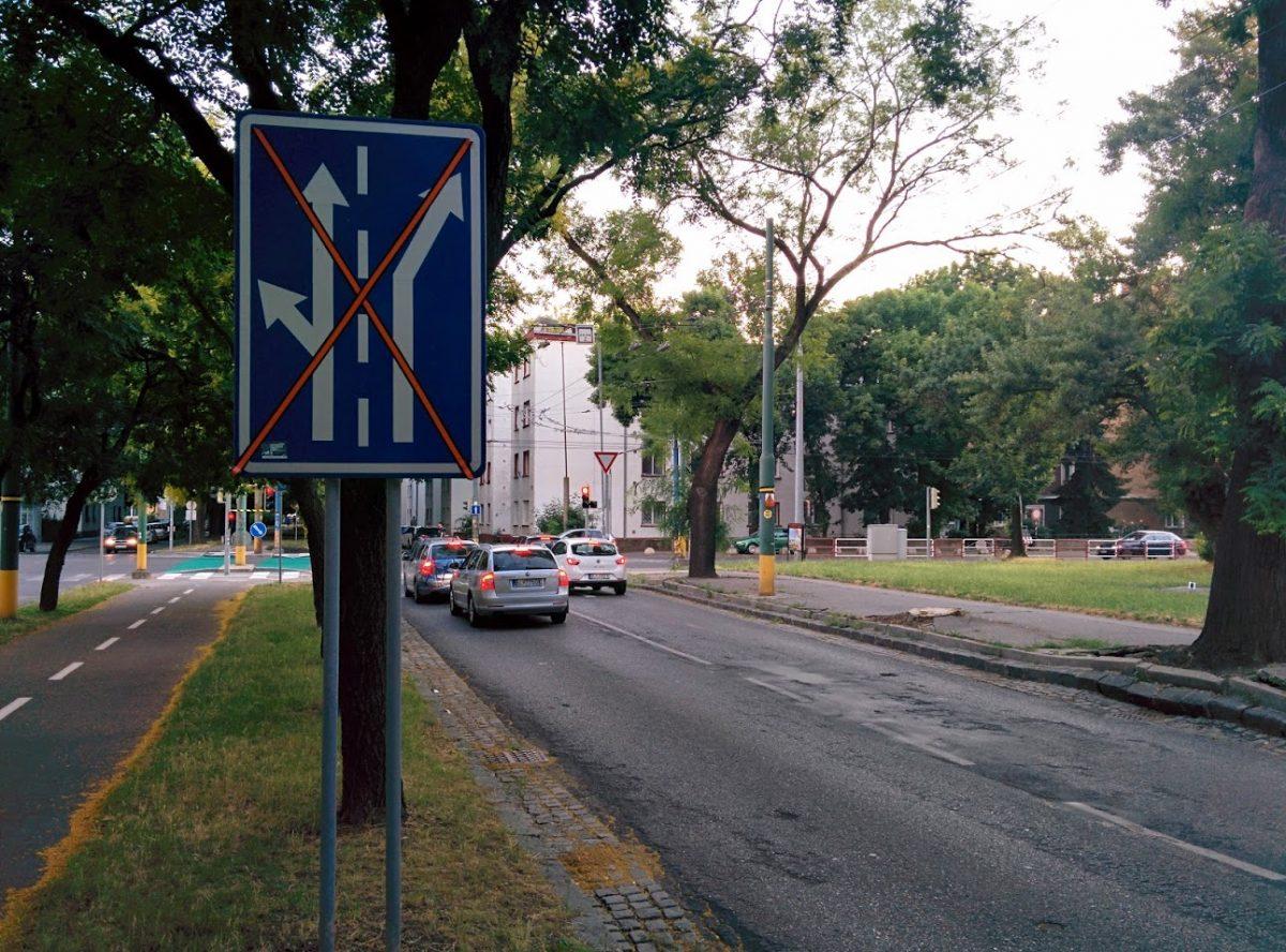Trenčianska ulica od Bajkalskej nemala ešte vymenené značky pre radenie do jazdných pruhov, preto nastali zmätky.