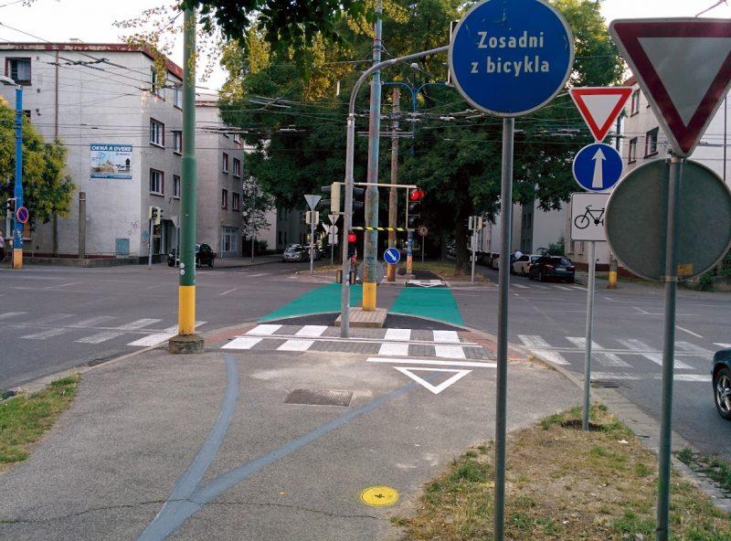 """Cyklotrasa R26: Nevieme čo tu robí značka """"Zosadni z bicykla"""""""