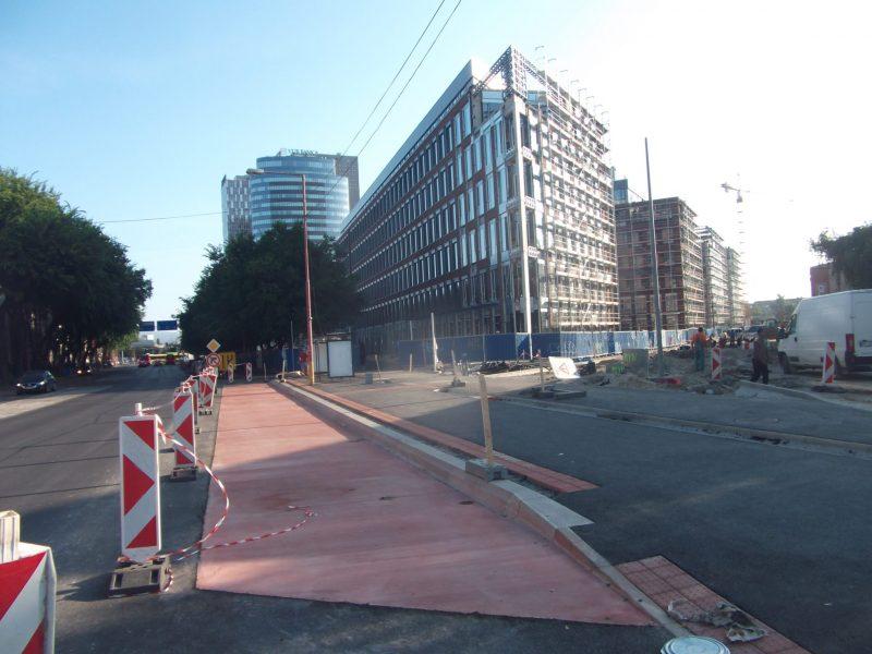 Dva asfaltové pásy: prvý je zastávka MHD, druhý cestička pre cyklistov.
