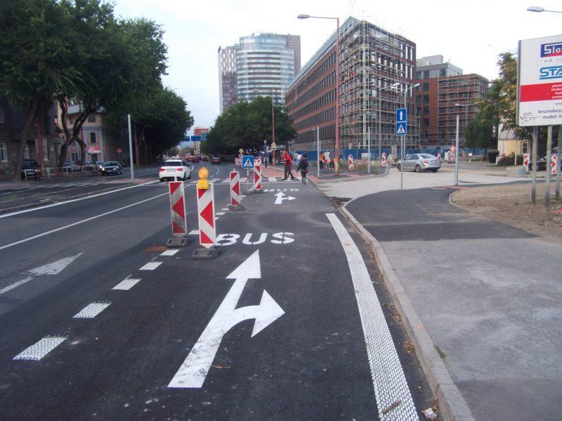 Za križovatkou začína zastávka MHD, poza ktorú je vybudovaná (a zatiaľ nevyznačená) cestička pre cyklistov. Po túto križovatku sa však dopravným značením zakázala cyklistom jazda v relatívne najbezpečnejšom pravom pruhu.