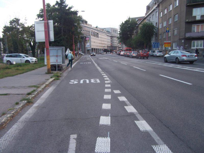 Namiesto zmiešaného pruhu pre cyklistov a MHD sú cyklisti ako najzraniteľnejší účastníci vytláčaní dopravným značením medzi osobné autá a autobusy.