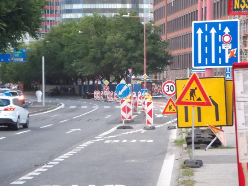 Pravý pruh sa napriek zatiaľ neexistujúcej cestičke pre cyklistov zmenil na vyhradený pre autobusy. Cyklisti by tu mali jazdiť v pravej časti stredného pruhu.