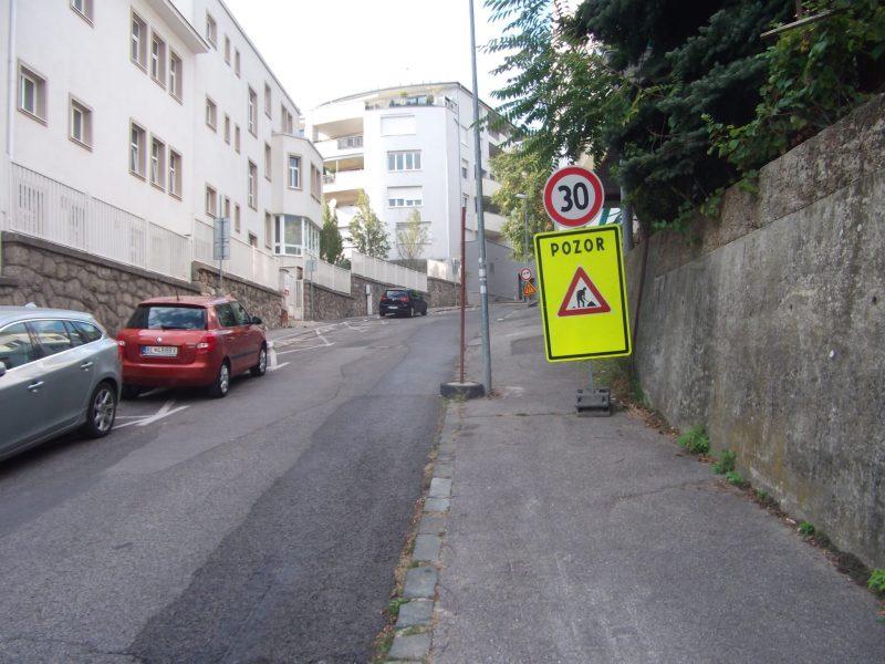 """Prvé """"varovanie"""", že chodník nie je ani tak pre chodcov, ako priestor na umiestňovanie dopravného značenia."""