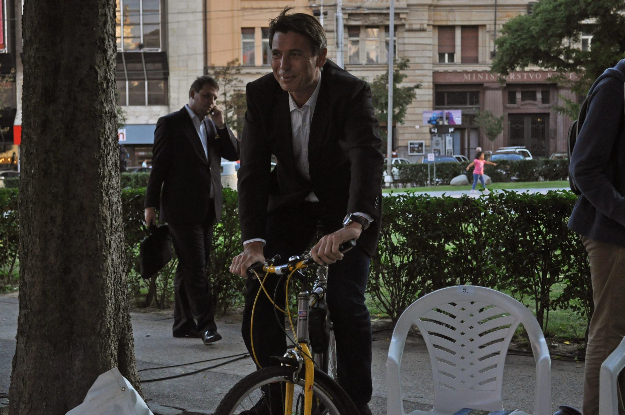 Ivo Nesrovnal na bicykli počas predvolebnej kampane.