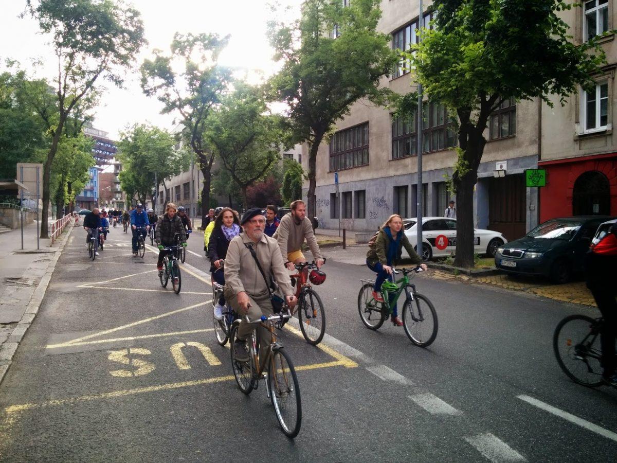 cyklisti Vazovova