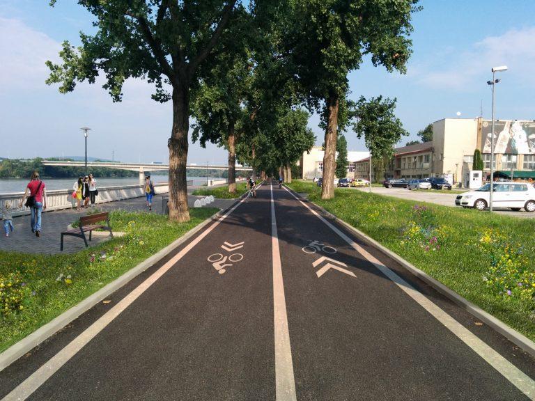 Úsek River Park - Most Lafranconi by mohol o mesiac vyzerať aj takto. Cestička pri Dunaji ako chodecká a cestička za pásom zelene ako cyklistická. V súčasnosti nie je jasné, kadiaľ majú cyklisti jazdiť a preto môže dochádzať k občasným kolíziam. Riešenie je jednoduché a lacné.