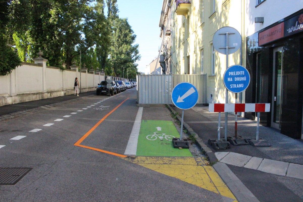 Vyznačenie obchádzky pre cyklistov (dočasný cyklopruh) a vodičov automobilov na Banskobystickej ul.